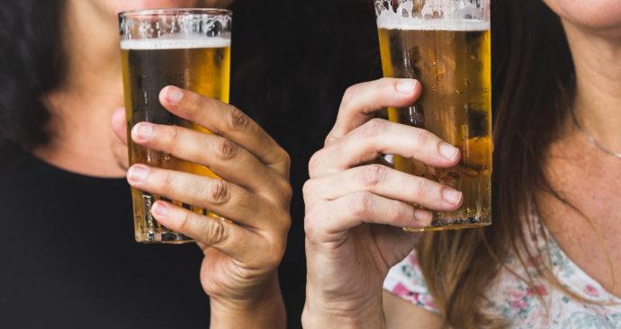 bier-drinkende-vrouwen-Unsplash-Paloma-A