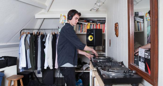 Lukas-Ries-in-his-room-Geisje-van-der-Linden