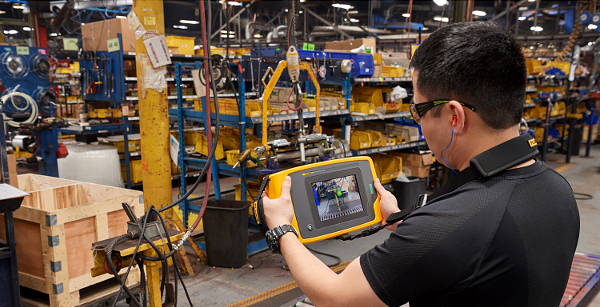 Fluke ii900 Sonic Industrial Thermal Imager being used in a factory