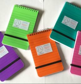 Conjunto de 5 blocos de notas com argolas e capas coloridas.