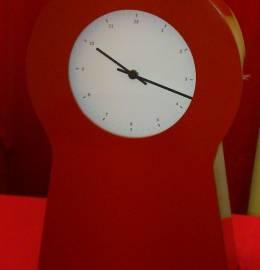 Relógio de parede ou mesa com arrumação no interior