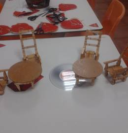 Conjunto de 2 mesas e 4 cadeiras feita com molas