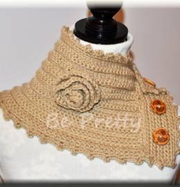 Gola em lã creme, com botões de madeira.