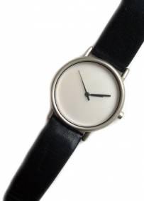 Relógio prateado com pulseira em pele
