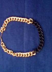 colar em preto e dourado tipo corrente