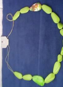 colar em plástico verde com desenhos
