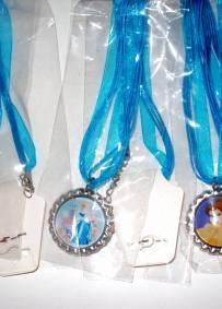 conjunto de 3 colares princesas Disney - Aurora, Cinderela e Bela