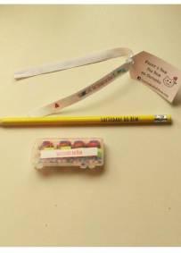 Conjunto lápis, borrachas e fita