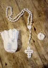 Terço artesanal em crochet branco