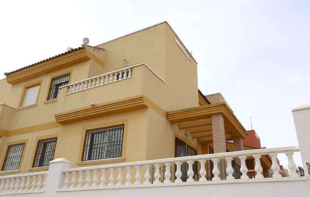 Casa en venta en Torrevieja, Alicante, Urbanización Lago Jardin, 121.000 €, 3 habitaciones, 2 baños, 81 m2
