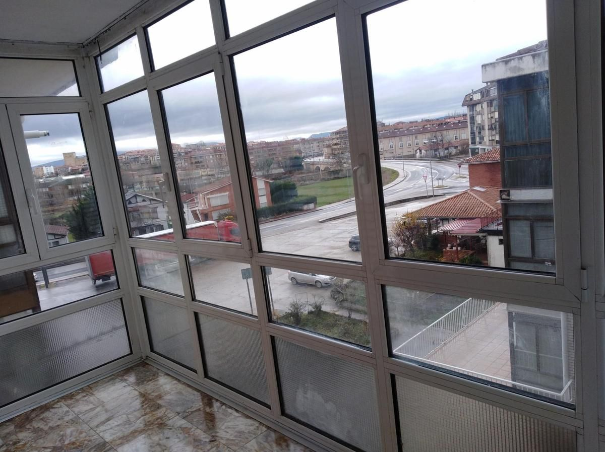 Piso en venta en Medina de Pomar, Burgos, Plaza El Olvido, 30.000 €, 3 habitaciones, 1 baño, 110 m2