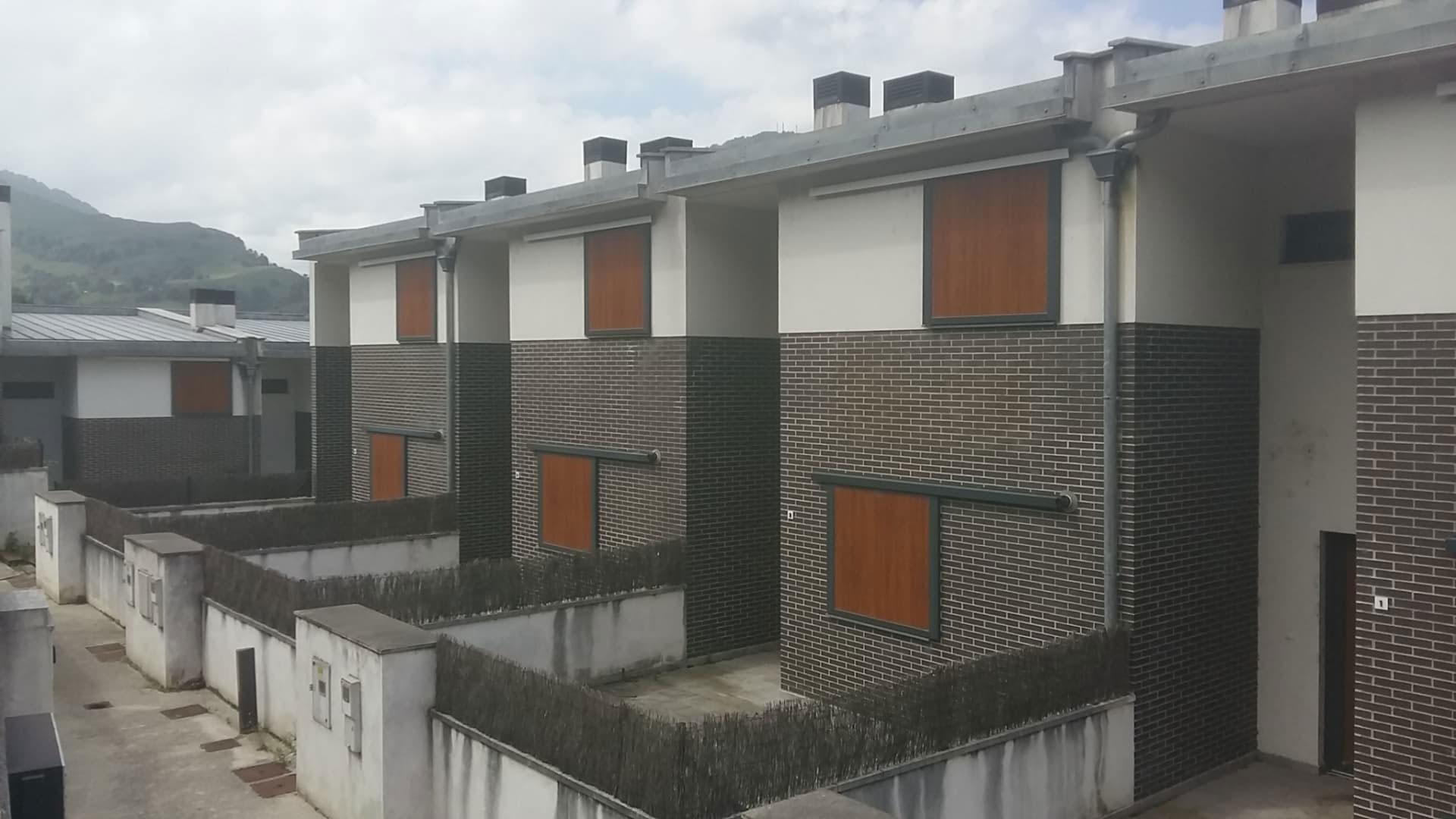 Casa en venta en Los Corrales de Buelna, Cantabria, Calle Puente Ranedo, 93.000 €, 3 habitaciones, 2 baños, 101 m2