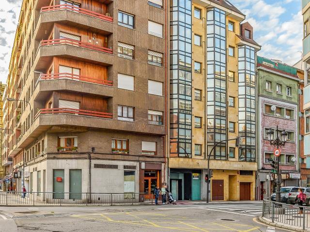 Local en venta en Local en Oviedo, Asturias, 227.600 €, 240 m2