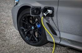 BMW 545e, 2020, charging