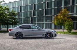 BMW 545e, 2020, side