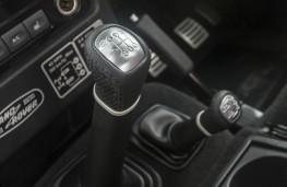 Land Rover Defender 90 Adventure, gear lever