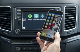 SEAT Alhambra, screen and smartphone