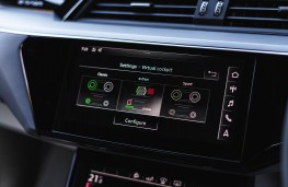 Audi e-tron 55 quattro, dash detail