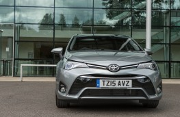 Toyota Avensis Touring Sports, head on