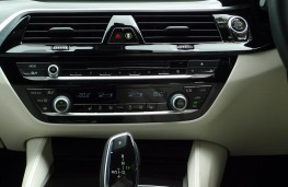 BMW 520d M Sport, dash detail