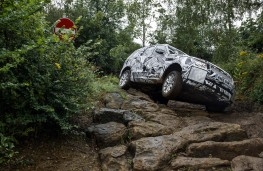 Land Rover Discovery, 2016, rocks testing