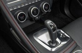 Jaguar E-Pace First Edition, 2017, gear lever