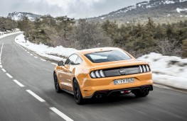 Ford Mustang 2018 rear threequarter