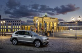 Volkswagen Tiguan, side, night