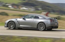 Nissan GT-R, side