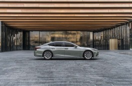 Lexus LS 500h, 2020, side