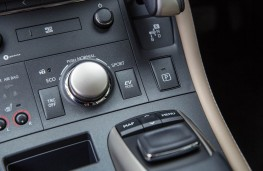 Lexus CT200h, dash detail