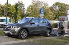 Mercedes-Benz GLE 350 de charging