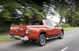 Mitsubishi L200, rear action