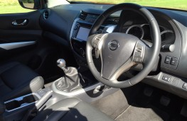Nissan NP300 Navara, interior
