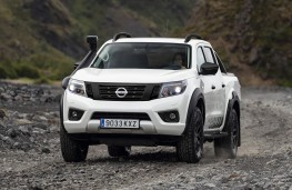 Nissan Navara AT32 front action