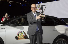 Peugeot 3008, Jean-Philippe Imparato, chief executive of Peugeot, with European COTY award 2017