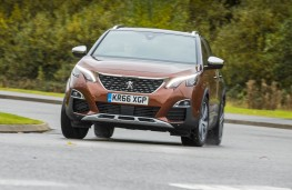 Peugeot 3008 SUV, front action 2