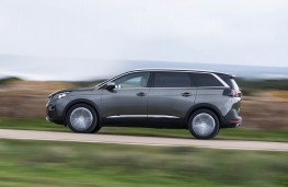 Peugeot 5008 SUV, action side