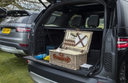 Land Rover Discovery, 2017, picnic bench