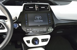 Toyota Prius Plug-In Hybrid, 2017, display screen