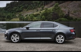 Skoda Superb, side static