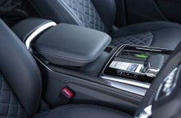 Audi SQ7, centre console phone charger
