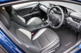 Toyota Avensis, front seats