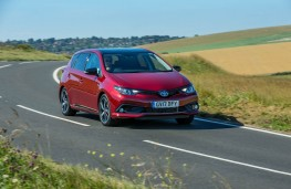 Toyota Auris GB25 Hybrid, front action