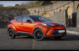 Toyota C-HR 2.0 Hybrid Orange Edition, front static