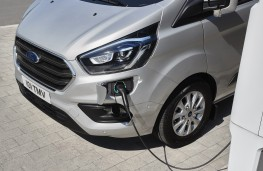 Ford Transit Custom Plug-in Hybrid, 2019, charging