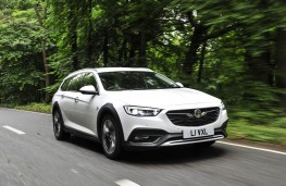Vauxhall Insignia Country Tourer, front action 2