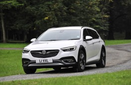 Vauxhall Insignia Country Tourer, front action