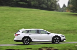 Vauxhall Insignia Country Tourer, side action