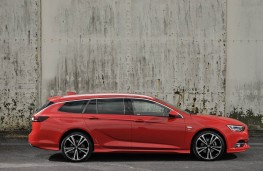 Vauxhall Insignia ST, side static